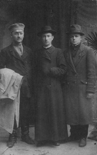 Kazys Trukanas (pirmas iš dešinės) ir kunigas Nikodemas Pakalka su draugu