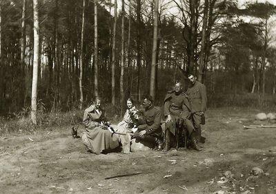 Kazė Ingelevičiūtė (centre iš kairės) 1919 m. Kartanuose