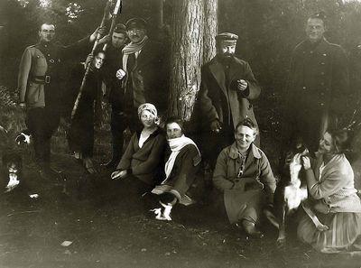 Kazė Vaitkienė (centre), Vladas Vaitkus (iš kairės trečias). Kartanai, 1924 metai