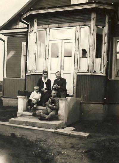 Paulina ir Zigmas Peseckai su sūnumis Lionginu ir mažyliu. 1928 metai