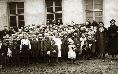 Našlaičiams atvežtos kalėdinės dovanos (iš dešinės antra – Kazė Vaitkienė). 1930 metai