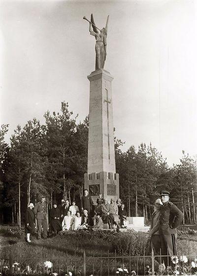 Grupinė nuotrauka prie paminklo (iš dešinės sėdi Kazė Vaitkienė su sūnumi Rimgaudu). Alytus, 1931 metai