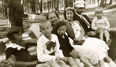 Iš dešinės: Vytis, Vladas, Kazė, Rimgaudas (penktas) Vaitkai. Alytus, 1933 metai