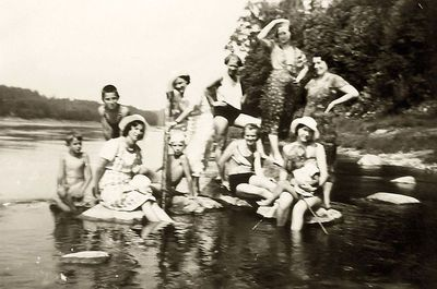 Grupinė nuotrauka (iš kairės – Rimgaudas Vaitkus su mama Kaze). Alytus, 1933 metai