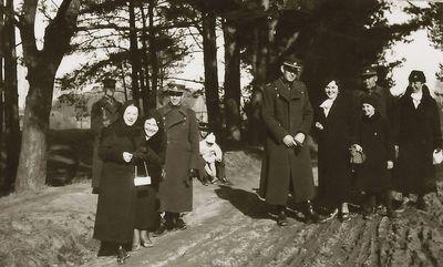 Kazė Vaitkienė (iš dešinės)  su sūnumi Rimgaudu, Vladas Vaitkus (centre) su sūnumi Vyčiu, Juzė Jančienė (iš kairės). Kėdainiai, 1933 metai