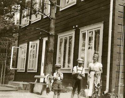 Kazė Vaitkienė su sūnumis Rimgaudu ir Vyčiu. Zarasai, 1934 metai