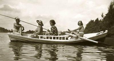 Moterys skalbiančios pakrantėje (kairėje – Kazė Vaitkienė). Alytus, 1935 metai