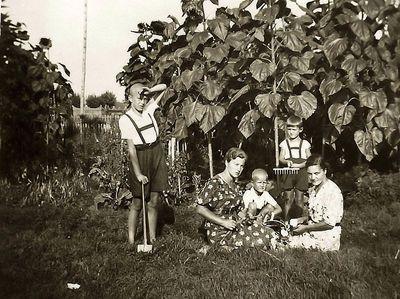 Iš kairės: Rimgaudas, Kazė, Vytis Vaitkai, Algimantas ir Elena Čekuoliai. Molėtų rajonas, Kraujalių kaimas,1939 metai