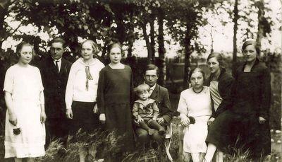 Iš dešinės – Monika, Jadvyga Ingelevičiūtės, iš kairės antras – Juozas Ingelevičius su pusbroliais ir pusseserėmis Durosevičiais. Kartanai, 1925 metai