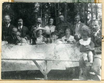 Prie vaišių stalo (iš kairės trečia sėdi Elena Paškevičiūtė-Noreikienė (1893–1939), ketvirta – Gabrielė Petkevičaitė-Bitė, trečias iš kairės stovi Liudas Noreika (1884–1928), advokatas, politikas ir visuomenės veikėjas). ~1928 metai