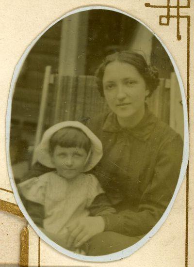 Elena Šikšnytė (kairėje) su teta, motinos seserimi, Elena Paškevičiūte-Noreikiene (1893–1939). Vilnius, ~1918 metai