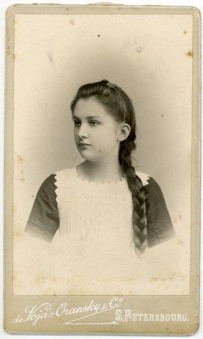 Vanda Ciemnolonska, Liucijos Paškevičiūtės-Šikšnienės pusseserė iš jos motinos Stefanijos Varevičiūtės-Paškevičienės pusės. Sankt Peterburgas, 1901 metai