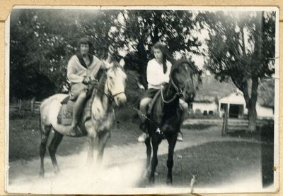 Liucijos ir Marcelino Šikšnių dukros Marija (iš kairės) ir Elena per vasaros atostogas. Vilniaus apylinkės, ~1925 metai
