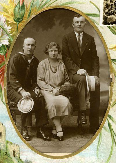 Marcelino Šikšnio broliai Vincas Šikšnys (kairėje), Kazimieras Šikšnys ir Kazimiero žmona. Šiauliai, 193? metai