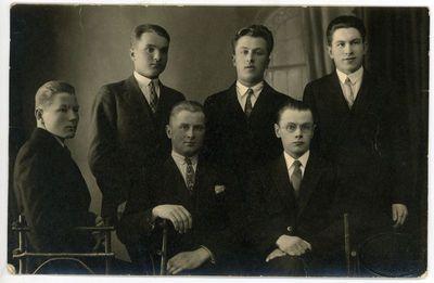 Vytauto Didžiojo universiteto studentai. Pirmas iš dešinės stovi Jonas Kruopas (1910–1975). Kaunas, 1928 metai