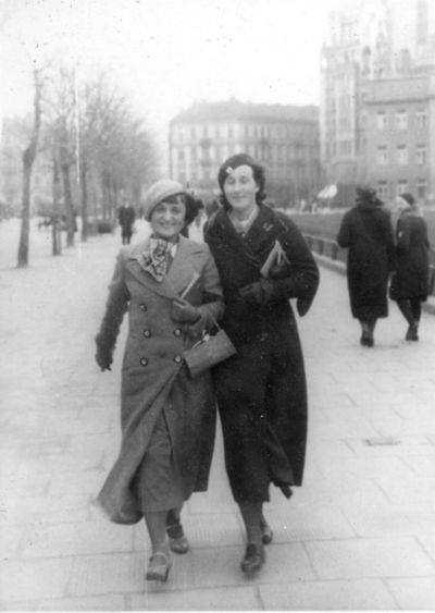 Marija Šikšnytė (dešinėje) su drauge. Viena (?), 1934 metai