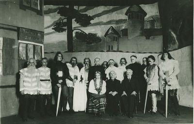 """Marcelino Šikšnio dramos """"Pilėnų kunigaikštis"""" spektaklio aktoriai. Centre sėdi Marcelinas Šikšnys. Ryga, ~1910 metai"""