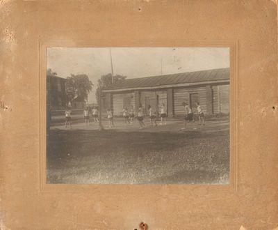 Ašmenos gimnazijos moksleiviai fizinio auklėjimo pamokos metu