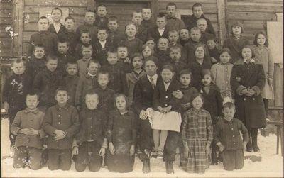 Bagdoniškio pradžios mokyklos mokiniai su mokytoju