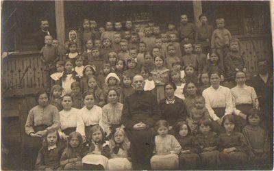 Petrapilio lietuviškos mokyklos-bendrabučio mokytojai, auklėtojai ir mokiniai apie 1916 m.