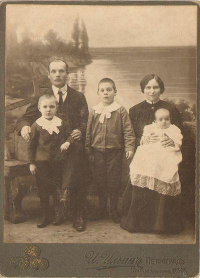 Mokytojas R. Čaikauskas su šeima Petrograde 1917 m.
