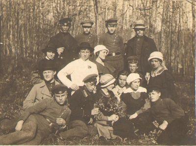 """""""Saulės"""" kursų vakarėlio artistų gegužinė Voroneže 1917 m."""