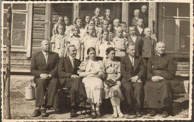 Trakų apskrities pradžios mokyklų mokiniai ir mokytojai prie mokyklos