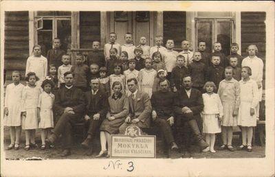 Burbiškių pradžios mokyklos mokiniai su mokytojais