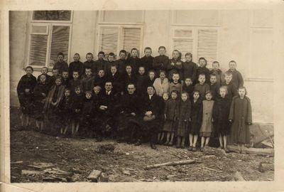 Būdviečio pradžios mokyklos I komplekto mokiniai ir mokytojai