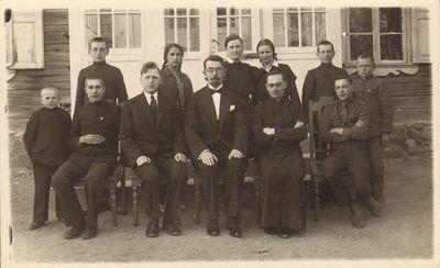 Anykščių vidurinės mokyklos skautų vadovai ir globėjai 1930 m. pavasarį