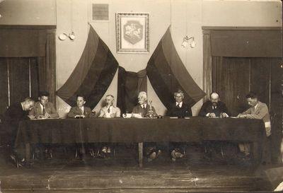 """""""Kultūros"""" kongreso prezidiumas Kaune, universiteto aktų salėje 1927 metais"""