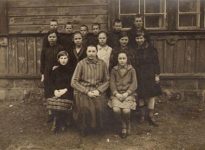 Kazlų Rūdos mokyklos mokiniai ir mokytoja prie mokyklos
