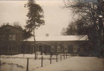 Laikinasis Alytaus gimnazijos pastatas buvusiose kareivinėse prie Įgulos bažnyčios