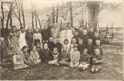 Šaučikių pradžios mokyklos mokytoja Agripina Barkauskienė su mokiniais