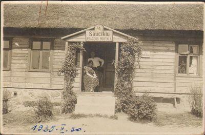 Šaučikių pradžios mokyklos mokytoja Agripina Barkauskienė su vyru prie mokyklos