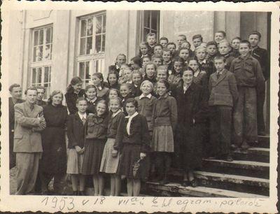 Švėkšnos vidurinės mokyklos išleidžiamųjų VII a ir VII b klasių mokiniai su mokytojais prie mokyklos