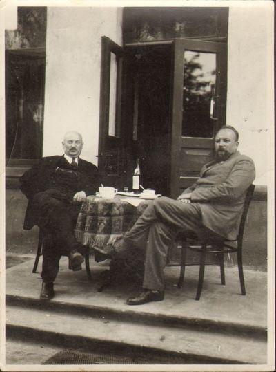 Profesorius Kazys Sleževičius savo bute su svečiu