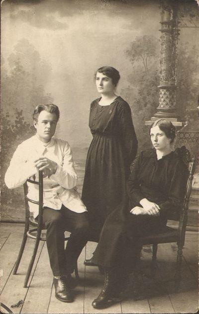 Mokytojai Antanas Giedraitis-Giedrius, Juzė Krenciūtė ir K. Marcinkaitė Jurbarke