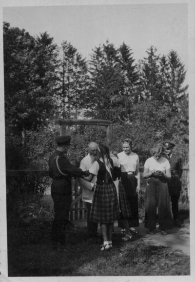 Martynas Jankus su svečiais prie Rambyno