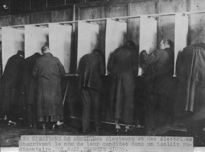 Rinkimai Klaipėdoje. Balsavimo kabinose pildomi biuleteniai