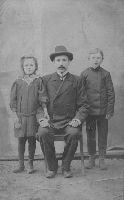 Palangos siuvėjas Pranciškus Stonys su vaikais