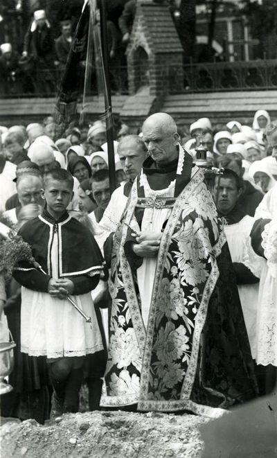Kunigas pranciškonas tėvas Pranciškus Bizauskas laidotuvėse Kretingos II kapinėse