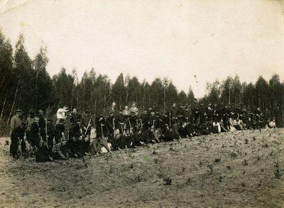 Vilkijos moksleiviai miško sodinime