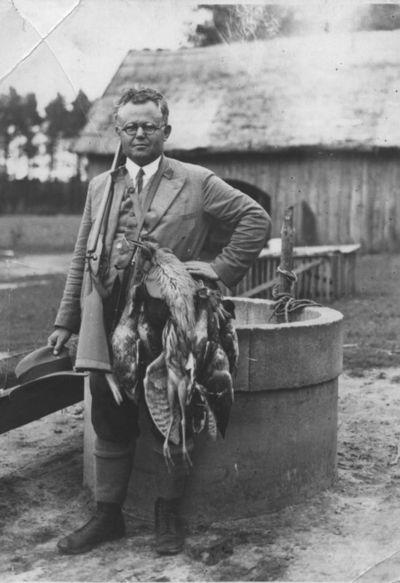 Kazys Trukanas, Klaipėdos Vytauto Didžiojo gimnazijos direktorius su medžioklės laimikiu