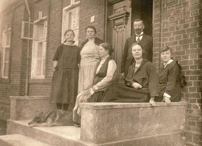 Zofija Litvin-Janušienė su dukromis Liūne ir Felicija bei nežinomais žmonėmis prie namų