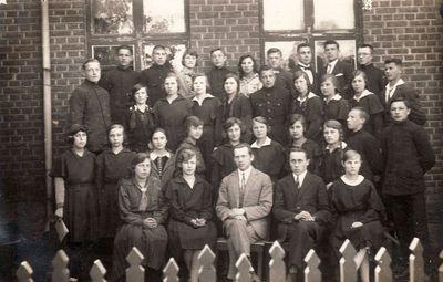Kretingos progimnazijos III ir IV klasės mokiniai ir mokytojai Jurkus ir Šlapšys