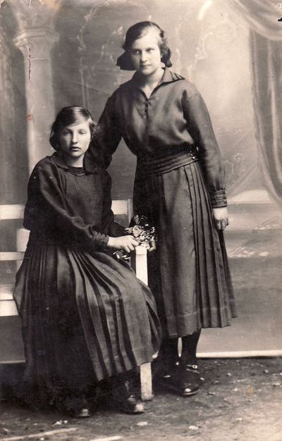 Emilė ir Ona Žalnieriūnaitės iš Šapalų kaimo