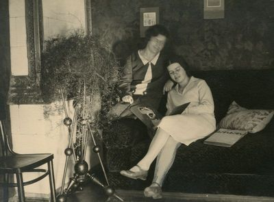 Gražutė ir Laimutė Šlapelytės savo namuose Pilies g.
