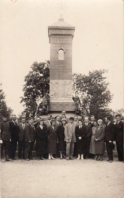 Grupė pedagogų Giedraičiuse prie paminklo. 1932 m.
