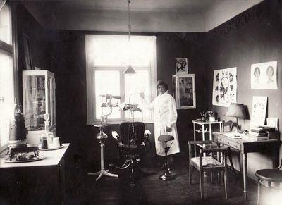 Vanda Didžiulytė-Albrechtienė savo stomatologijos kabinete. Apie 1933–1934 m.